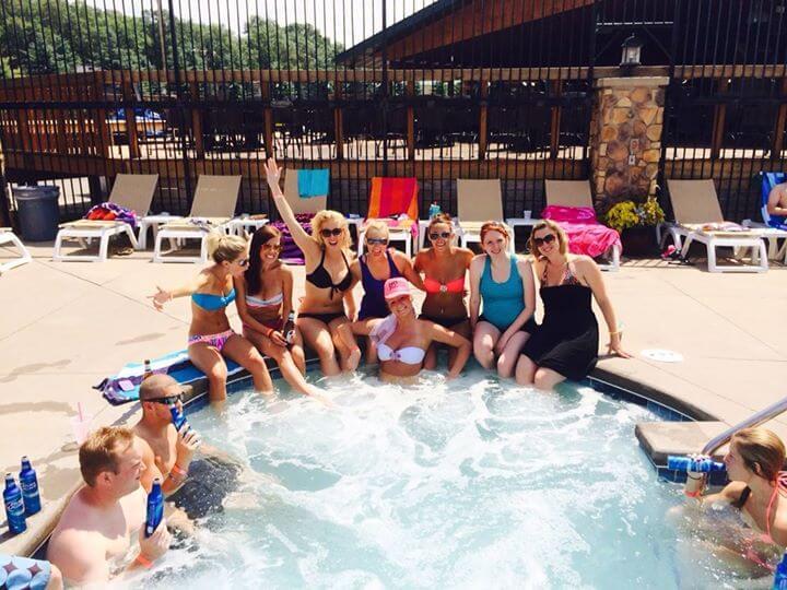 bachelorettes-in-hot-tub